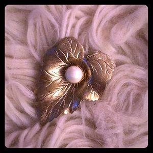 Gold pearl leaf pin VTG detailed beauty 🍃